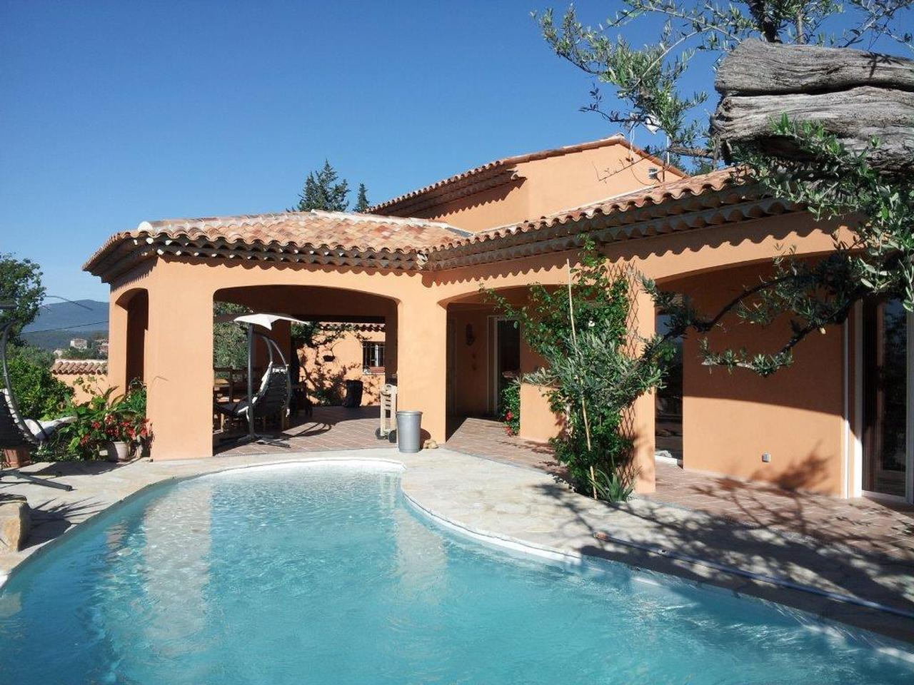 villa traditionnelle avec piscine